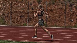 En löpare springer på banan i Gythelo, Grekland.