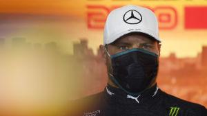 Valtteri Bottas ser fokuserad ut med ett ansiktsskydd framför munnen.