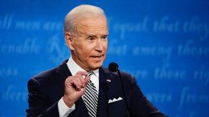 Joe Biden debatterar i en valdebatt mot president Donald Trump.