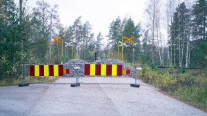 Staket och grus stänger av vägen över järnvägsrälsen vid plankorsningen i Skogby.