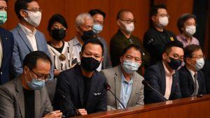 De fyra parlamentarikerna som avsattes på onsdagen i nedre raden från vänster:  Kenneth Leung , Dennis Kwok, Alvin Yeung och Kwok Ka-ki.
