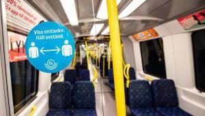 Uppmaning om att hålla avstånd i kollektivtrafiken.