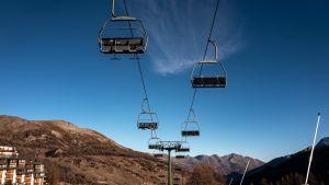 En tom skidlift i Piedmont i Italien.