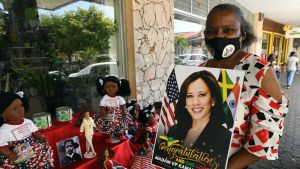 Beverley Robatham-Reynolds i Jamaicas huvudstad Kingston säljer souvenir-dockor som föreställer USA:s vicepresident Kamala Harris. Harris pappa är född i Jamaica.