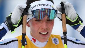 Charlotte Kalla rättar till skidglasögonen.