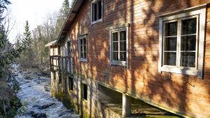 Ett gammal hus invid en fors.