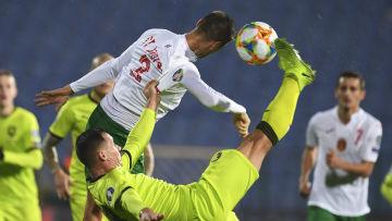 Jan Boril sparkar mot en boll nära Strahil Popovs huvud.