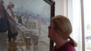 t.f. museichef Laura Lotta Andersson i Hangö värderar en tavla