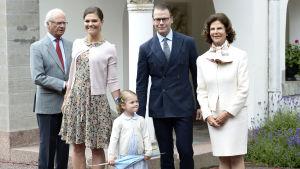 Kungafamiljen utanför Solliden på Victorias födelsedag 14.7.2015.