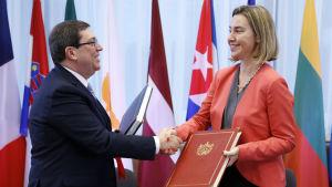Kubas utrikesminister Bruno Rodriguez Parilla skakar hand med EU:s Federica Moghereini.