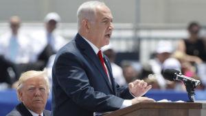 Israels premiärminister Benjamin Netanyahu i en talarstol
