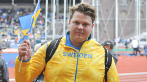 Daniel Ståhl med svenska flaggan, Sverigekampen 2015.