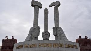 Det nordkoreanska Arbetarpartiets monument utanför partihögkvarteret i Pyongyang