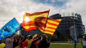 Spaniens, Kataloniens och EU:s flaggor i Strasbourg under en demonstration mot katalansk självständighet  24.10.2017.
