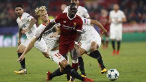 Sadio Mané tacklas av Sevilla.