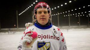 Teemu Ramstedt håller i en bandyboll