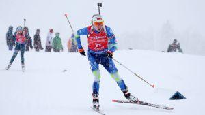 Darja Domratjeva i det snöiga spåret i Hochfilzen.