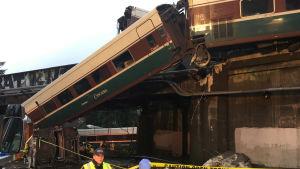 13 vagnar drogs med då persontåget spårade ur på en bro