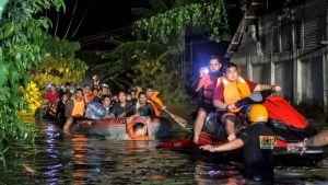 Räddningsarbetare evakuerar människor undan stormen Tembin på Filippinerna den 23 december 2017.