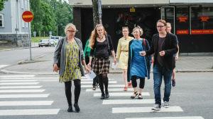 Dekkariseikkailuun osallistuva ryhmä ylittää katua Varkaudessa