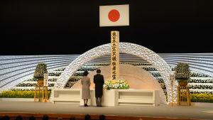 Japans prins Akishino och prinsessan Kiko håller ett tal på ett altar som upprättats för offren i tsunamin och jordbävningen.