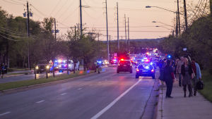 Den misstänkte 24-årige brevbombaren sprängde sig själv i en bil vid en motor väg då polisen skulle gripa honom