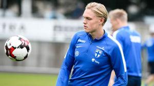 Fredrik Jensen spelar för Finland.