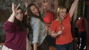 Väninnorna Jane, Vivian och Renée poserar glatt..