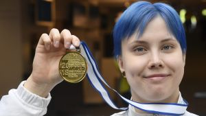 Susanna Törrönen visar upp sin guldmedalj.