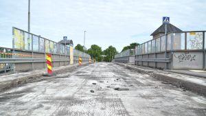 Asfalten är avlägsnad från järnvägsbron i Karis ett par dagar innan bron rivs.