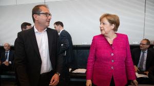 Ledaren för CSU:s parlamentsgrupp Alexander Dobrindt och förbundskansler Angela Merkel i Berlin den 26 juni 2018