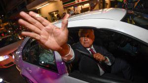 López Obrador vinkar till sina anhängare i Mexico City, efter att vallokalsundersökningarna visat att han tagit hem segern i presidentvalet.