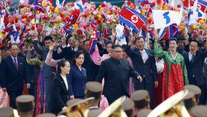 Kim Jong-Un, hans fru Ri Sol-Ju och yngre syster Kim Yo-Jong (till vänster) tog emot Moon Jae-In och hans fru Kim Jung-Sook  på flygplatsen i Pyongyang