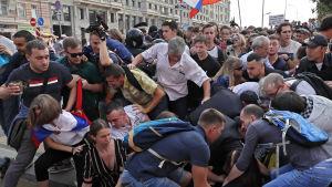 Tumult i samband med demonstrationen mot höjd pensionsålder i Moskva den 9 september.