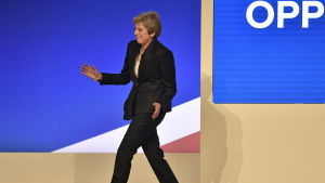 Theresa May dansar in på scenen vid partikongressen i Birmingham.