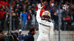 Lewis Hamilton vinkar åt publiken.