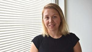 Emilie Yliheljo doktorerar kring utsläppshandel. Nu verkar hon vid Arbets- och näringsministeriet som sakkunnig.