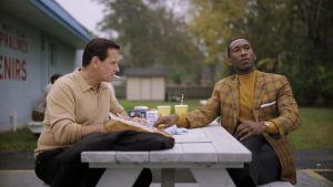 Tony Lip och Don Shirley sitter vid ett bord och författar kärleksbrev tillsammans.