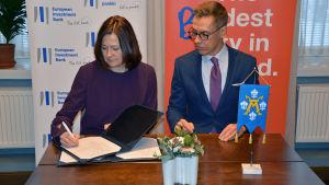 Minna Arve och Alexander Stub skriver under avtalet.