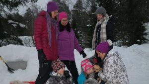 Några munkvikbor sammankommer i ett snöigt landskap
