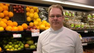 Anders Fagerlund framför en frukthylla i butiken