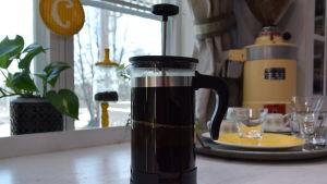 Pressokannullinen mausteista kahvia pöydällä