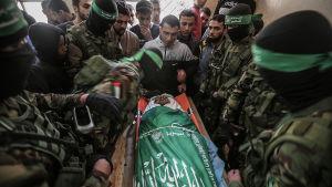 Krigare från Hamas väpnade gren Qassambrigaderna begravde en av sina döda på lördagen.