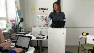 Pernilla Lindström undervisar eleverna i Dickusrby skola i läsning.
