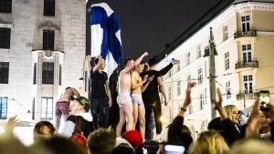 Kansa juhlii Helsingissä Havis Amandan patsaalla jääkiekon maailmanmestaruutta 27.5.2019.
