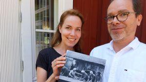 Jenny Haapimaa och Sam Cygnel visr upp den nya boken Vårt Hitis.