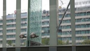 Närbild på sprucket glas vid torgscenen i Vasa.