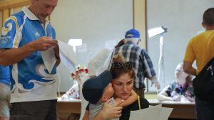 Väljare i en vallokal under parlamentsvalet i Ukraina.