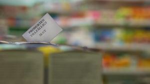 """Produkthyllor i en butik. På en lapp i förgrunden står det """"Produkten tillfälligt slut."""""""