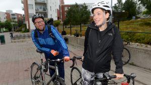 Li Andersson och Paavo Arhinmäki cyklade från Mellungsbacka mot Borgå att delta i Vänsterförbundets sommarmöte.